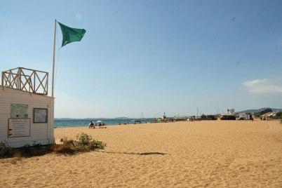 Plage surveillée : drapeau vert, bon pour la baignade !